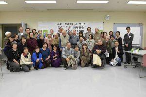 会の終了後、参加者の皆さんも一緒に写真撮影。中央で手を挙げているのが大江正章(おおえ・ただあき)さん。
